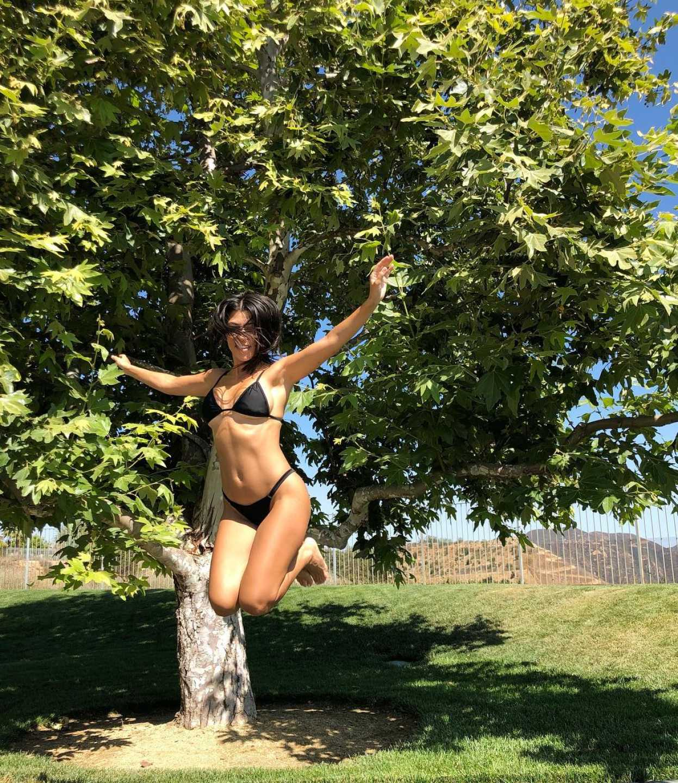 Kourtney Kardashian exibe curvas e impressiona fãs