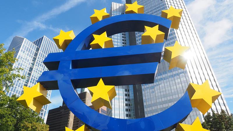 Euro cai e segue abaixo de 1,24 dólares
