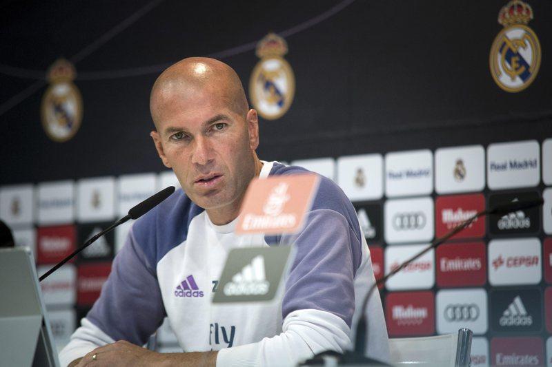 """Zidane: """"Assobios a Ronaldo? Ele não está preocupado"""""""