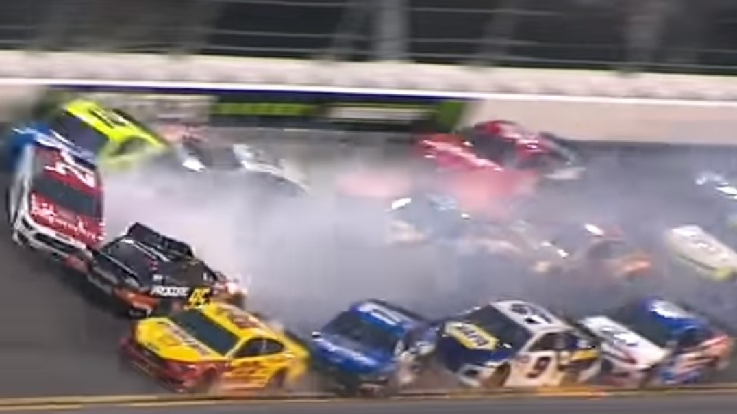 Loucura e destruição no Nascar: Acidente envolveu 21 carros no Daytona 500