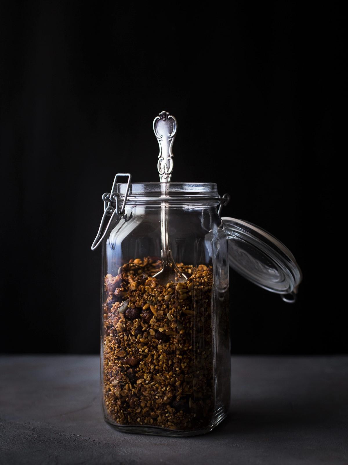 Granola salgada com sementes, frutos secos e ervas frescas