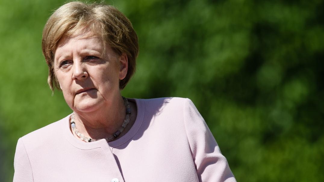 Angela Merkel sofre ataque de tremores durante cerimónia oficial