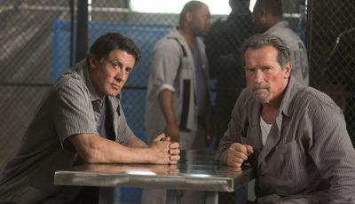 Stallone e Schwarzenegger comparam tamanho das facas dos seus filmes