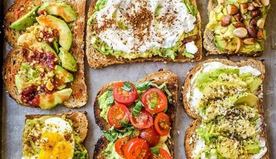 5 maneiras fáceis e deliciosas de fazer uma tosta de abacate saudável para o brunch