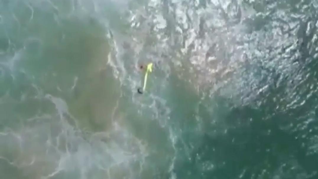 Adolescentes arrastados por onda salvos em 70 segundos por drone