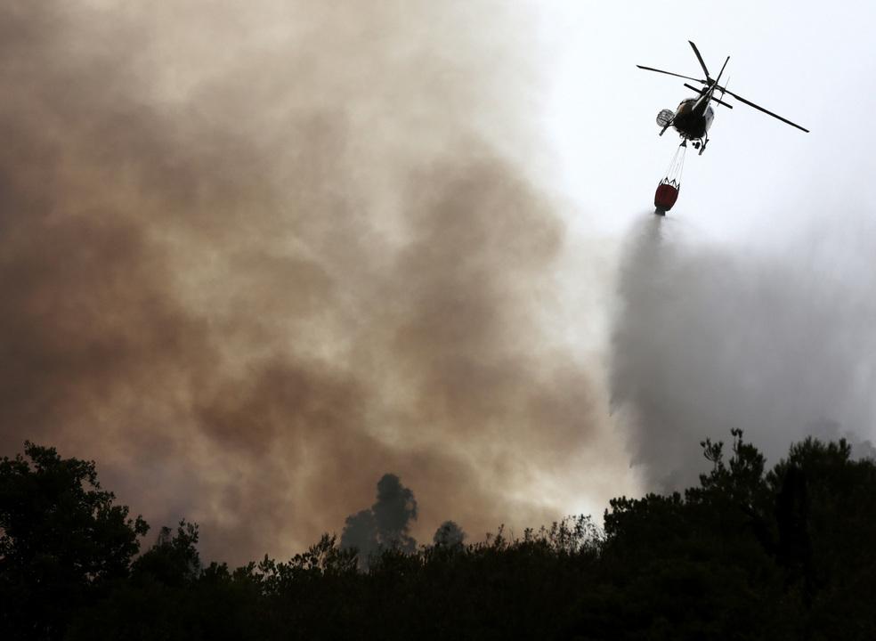 Incêndios: Helicóptero aterrou numa estrada de Bragança para intervenção mecânica