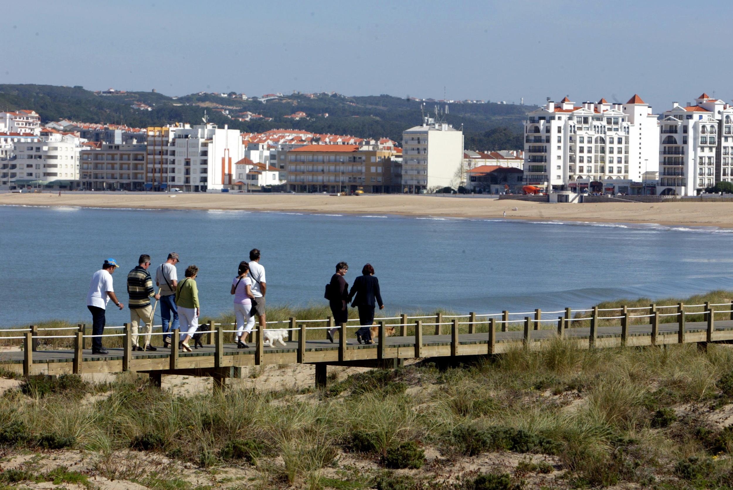 Agência Portuguesa do Ambiente proíbe acesso a casa devido a instabilidade de arriba em São Martinho do Porto