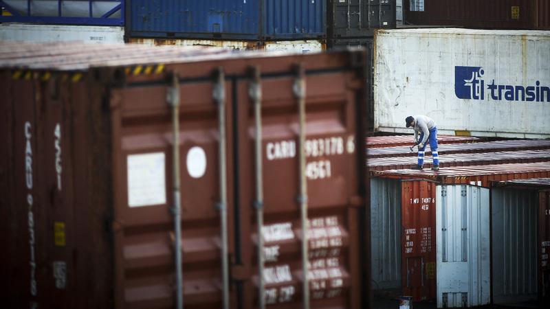 Polícia holandesa encontra 25 pessoas escondidas em contentor frigorífico num cargueiro