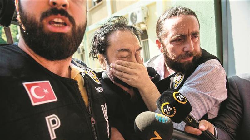 Adnan Oktar. A queda do pregador de TV e das suas gatinhas