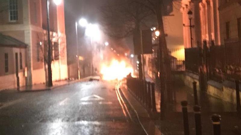 Autoridades investigam explosão de carro na Irlanda do Norte