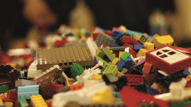 Lego no trabalho. A brincar a brincar, um jogo sério