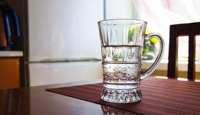 Beber água às refeições engorda? 10 mentiras sobre alimentação