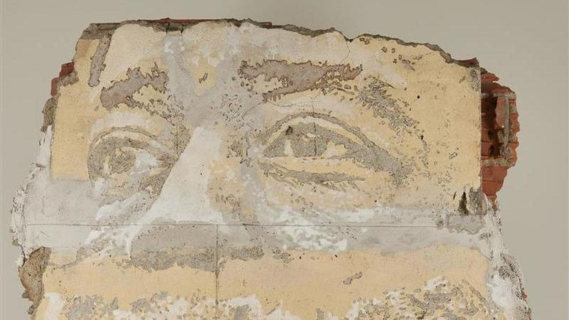 Obra de Vhils feita sobre fragmento de bairro em demolição rende 30 mil euros
