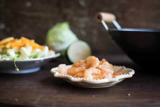 Salteado de camarão e legumes
