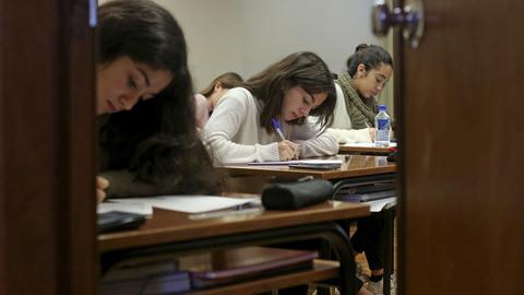 Escolas públicas e privadas sobem ligeiramente as médias