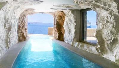 """Esta piscina infinita dentro de uma """"gruta"""" com acesso direto pela suite é maravilhosa"""
