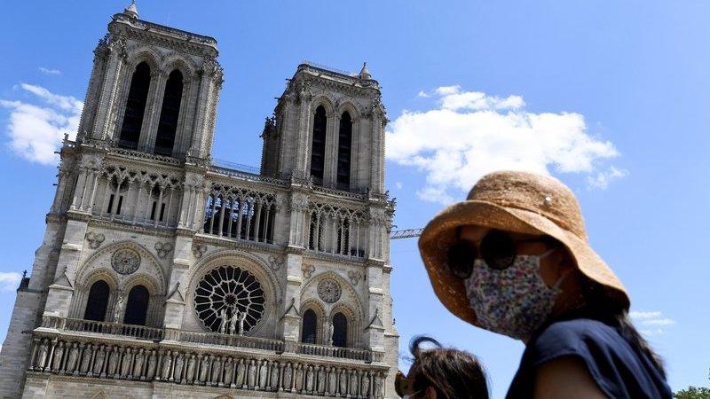 """""""Uma forma de renascimento"""". Um ano depois do incêndio, a Praça da Catedral Notre-Dame reabriu ao público"""