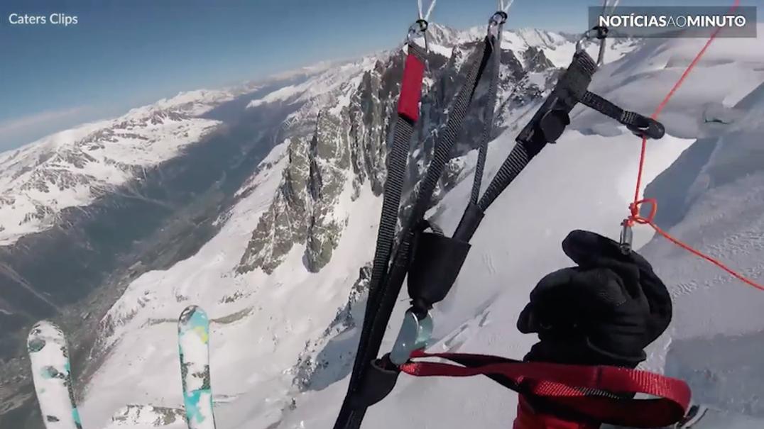 Esquiador destemido salta desfiladeiro de paraquedas