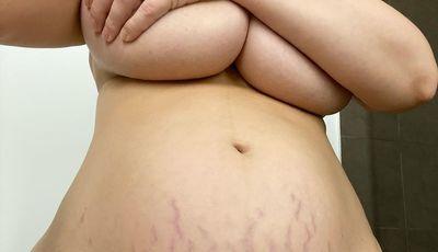 Sem filtros! Modelo revela o corpo depois de ser mãe