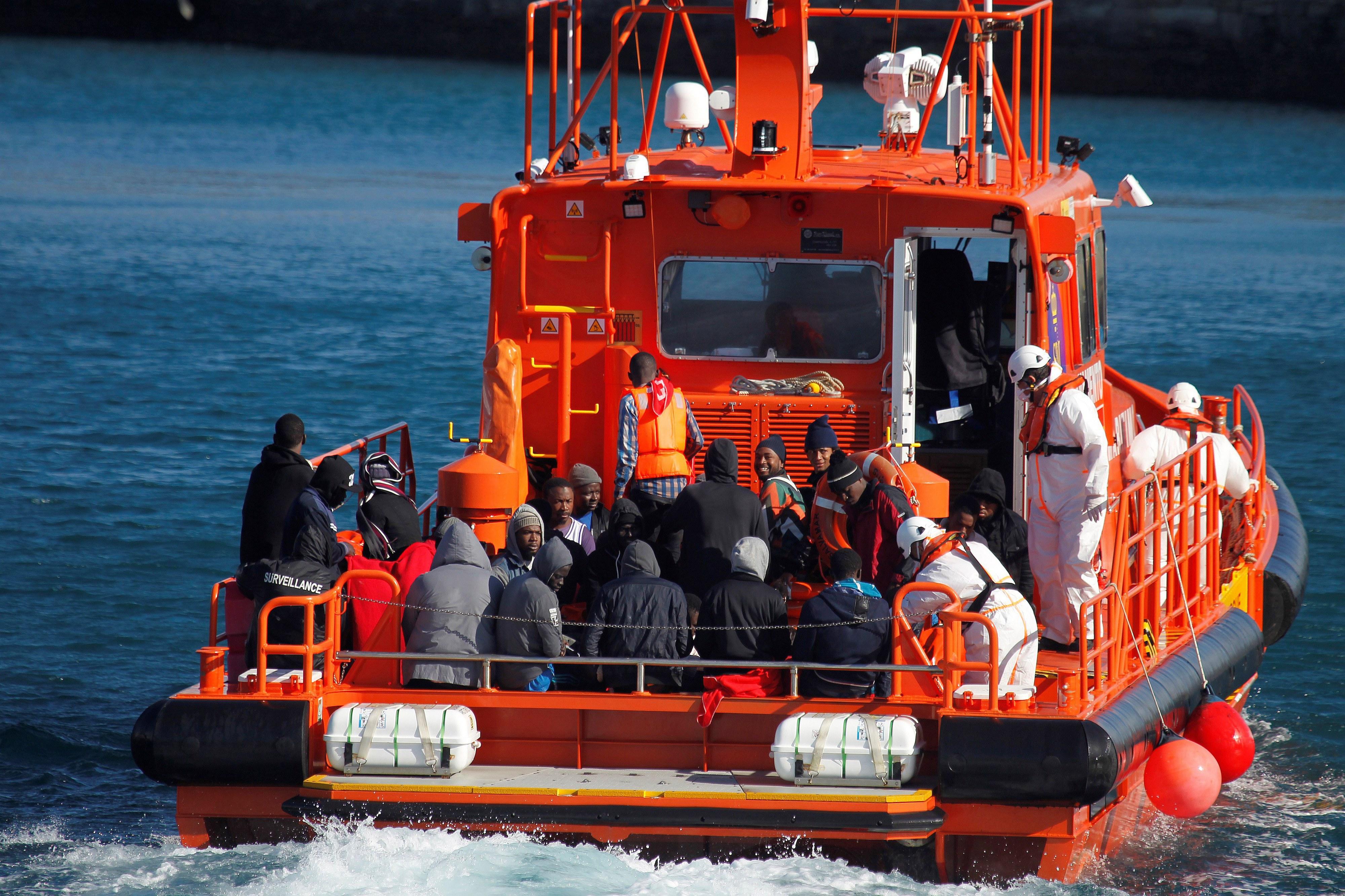 Vinte imigrantes resgatados no Estreito de Gibraltar por autoridades espanholas