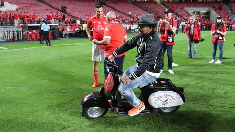 Eliseu reapareceu na festa do Benfica e trouxe de volta a lambreta