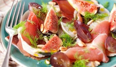 Salada de figos com pinhão e presunto