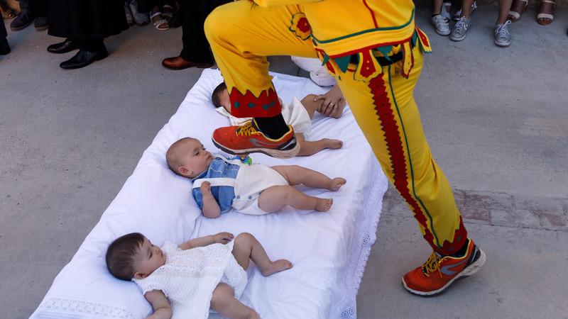 """O """"diabo"""" salta sobre bebés nesta festa espanhola"""