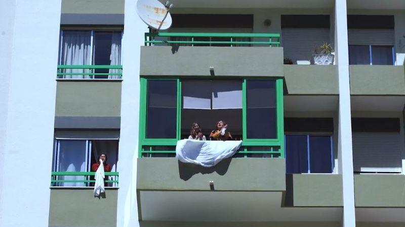 Em tempo de quarentena, conheça os prédios em que os moradores se divertem de janela para janela