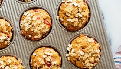 Muffins de morango e iogurte grego sem açúcar, o lanche saudável para toda a semana