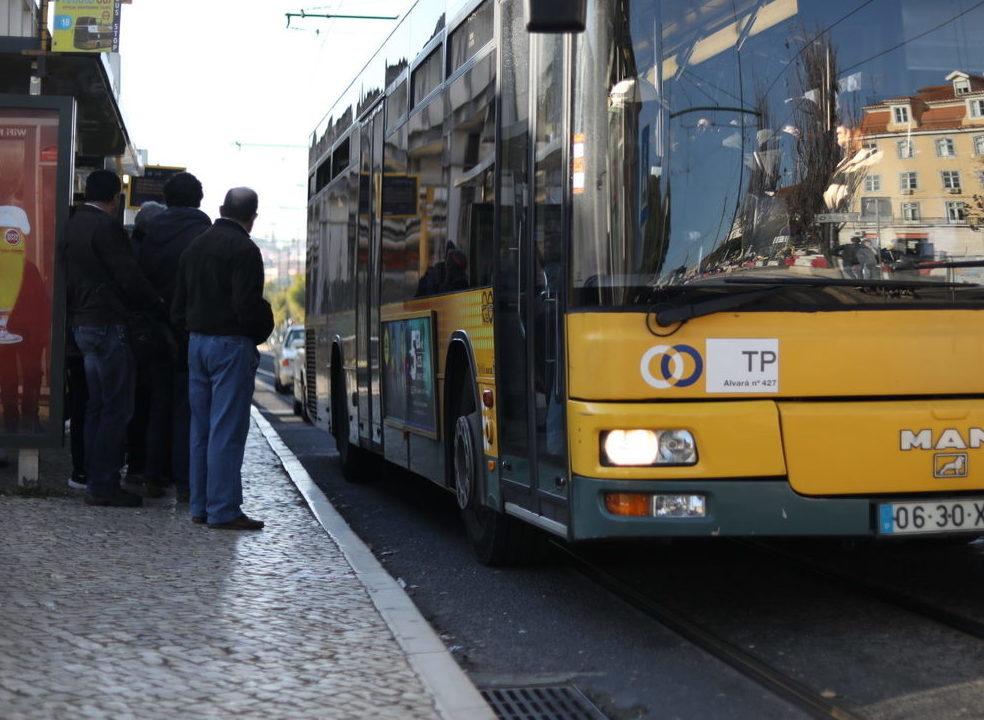 Clientes da CP podem usar Carris durante suspensão de comboios entre Alcântara e Campolide