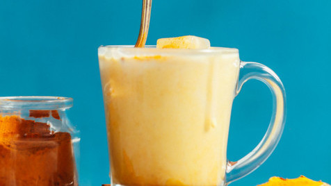 A melhor receita de golden milk, o delicioso leite detox que ajuda a emagrecer