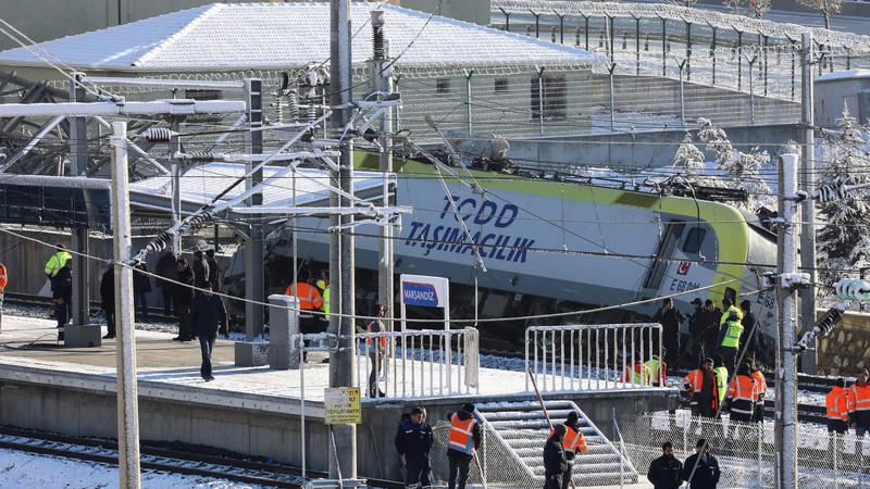 Acidente de um comboio de alta velocidade na Turquia matou 9 e feriu dezenas. Veja as imagens
