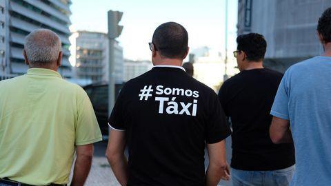 Espanhóis da EliteTaxi param frente à embaixada portuguesa em Madrid