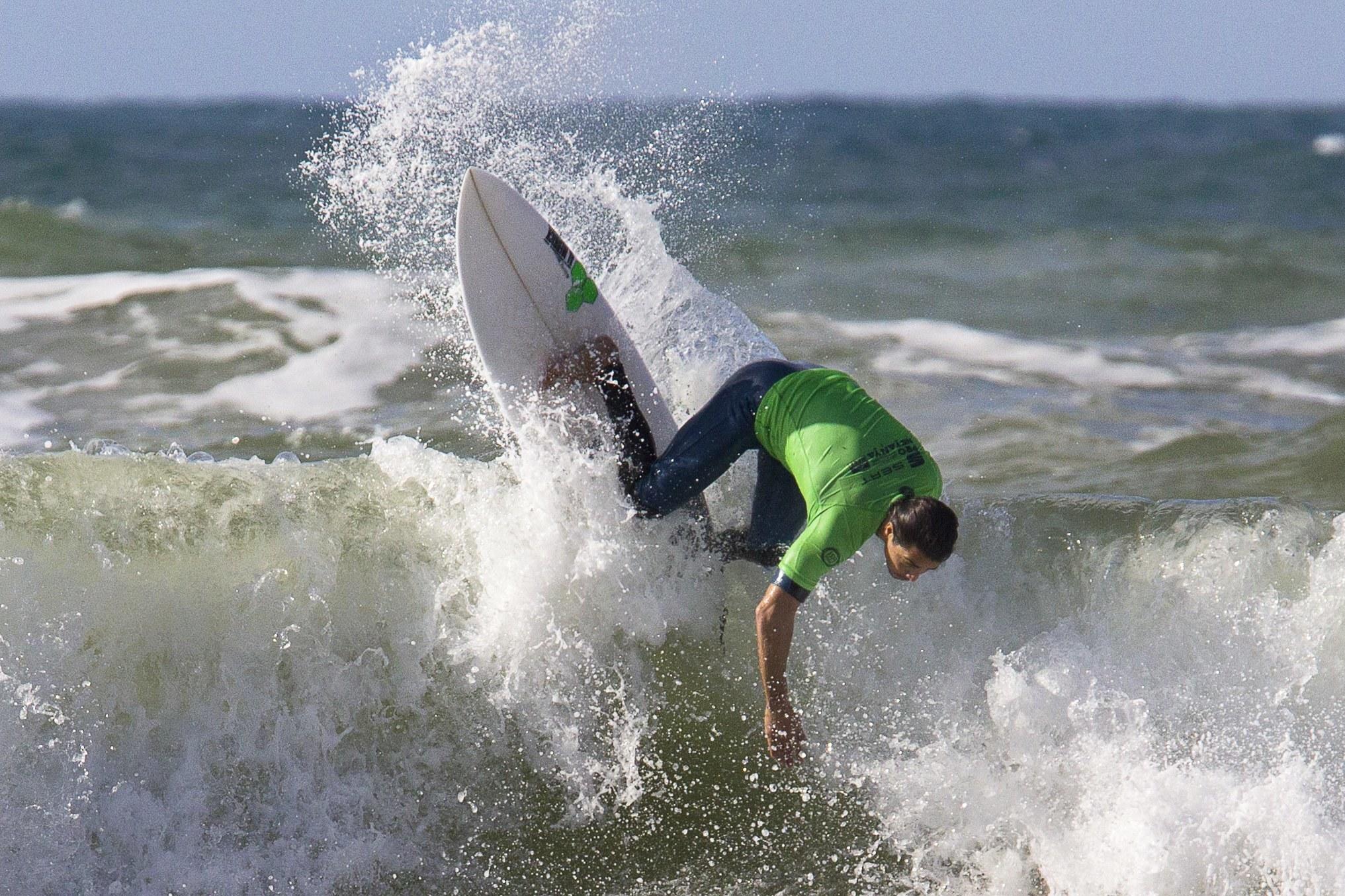 Onze surfistas portugueses eliminados no Pro Santa Cruz