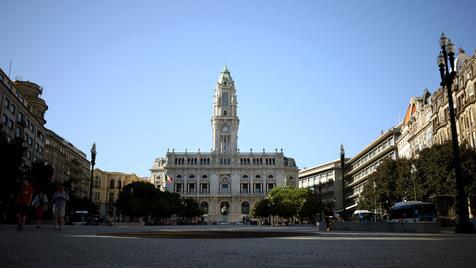 Dezenas de ativistas manifestam-se à porta da Câmara do Porto contra especulação mobiliária