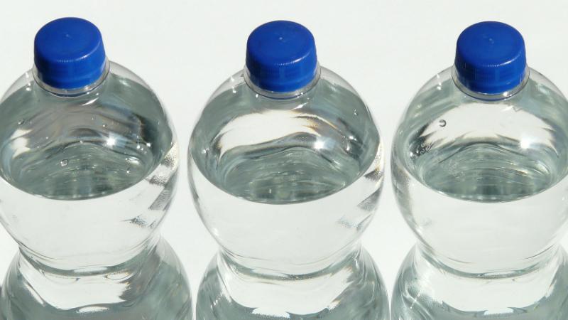 Devolução de garrafas de água a troco de desconto nos supermercados arranca em março