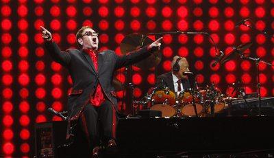 """Elton John anula concertos devido a infeção que o deixou """"gravemente doente"""""""