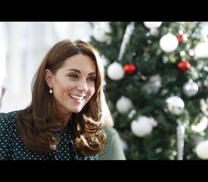 Às bolinhas! Kate Middleton brilha com vestido ideal para as festividades