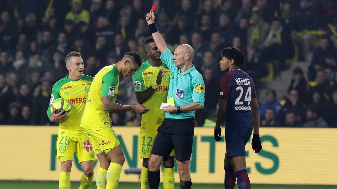 Árbitro tropeça e expulsa jogador do Nantes