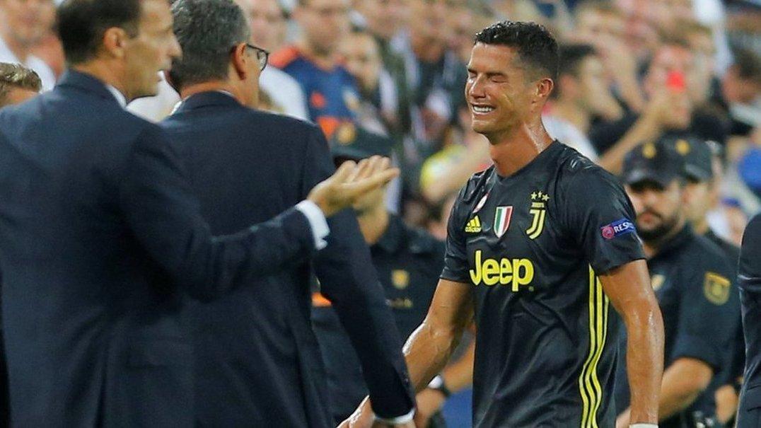 Cristiano Ronaldo expulso no seu regresso à Espanha. Português sai em lágrimas