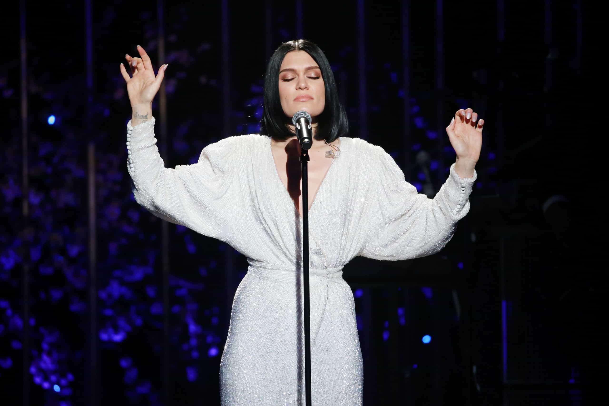 Jessie J surpreende fãs e surge em topless