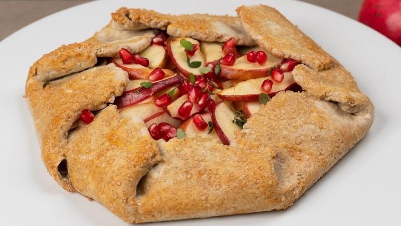 Está farto de Bolo Rei? Descubra este bolo de fruta com maçã e romã