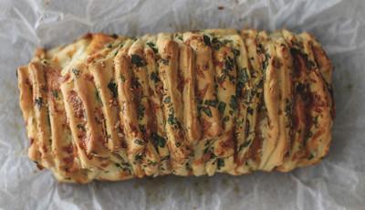Pão de partilha com massa de pizza, ervas, alho e queijo