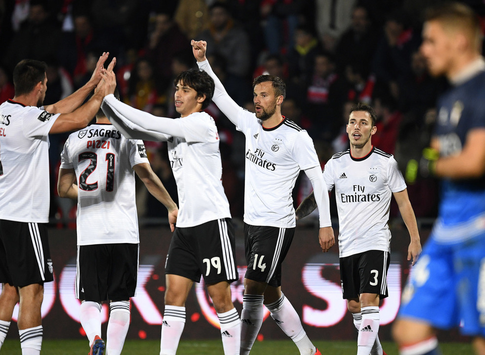 Benfica vence tranquilamente na Vila das Aves e volta a ficar a um ponto do primeiro lugar