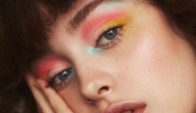 Como usar uma sombra de olhos amarela (e todas as outras cores mais vibrantes das suas paletas)