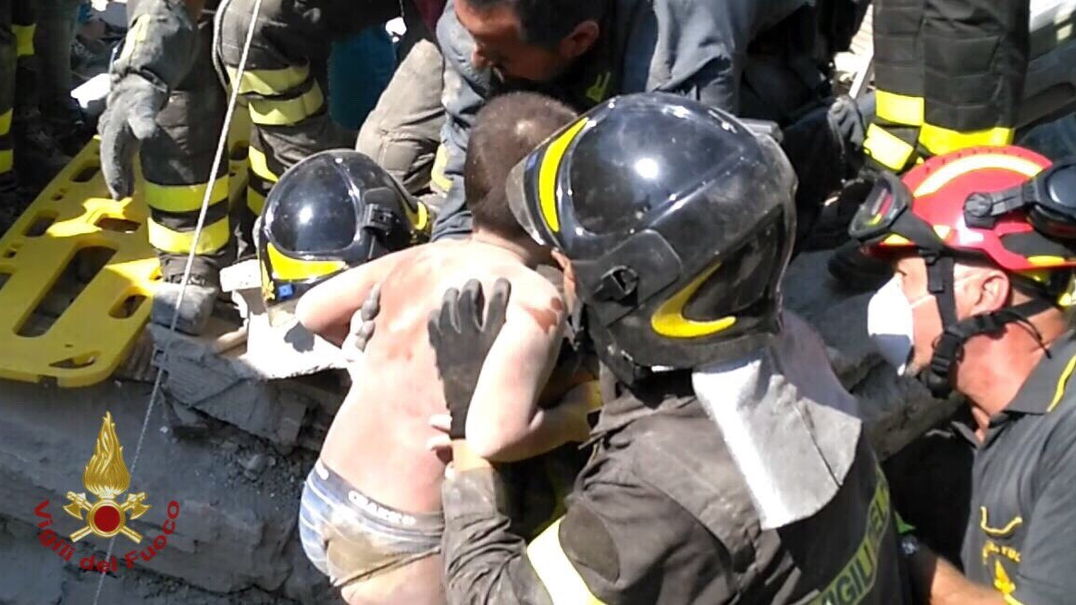 Sismo em Itália: Irmãos Ciro, Mattias e Pasquoal salvos dos escombros