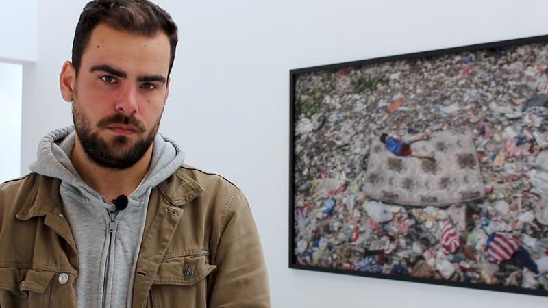 """""""Incomodou-me ter lixo pelos joelhos e perceber que havia centenas na mesma situação. A diferença é que eu estava a fotografar a vida delas"""""""