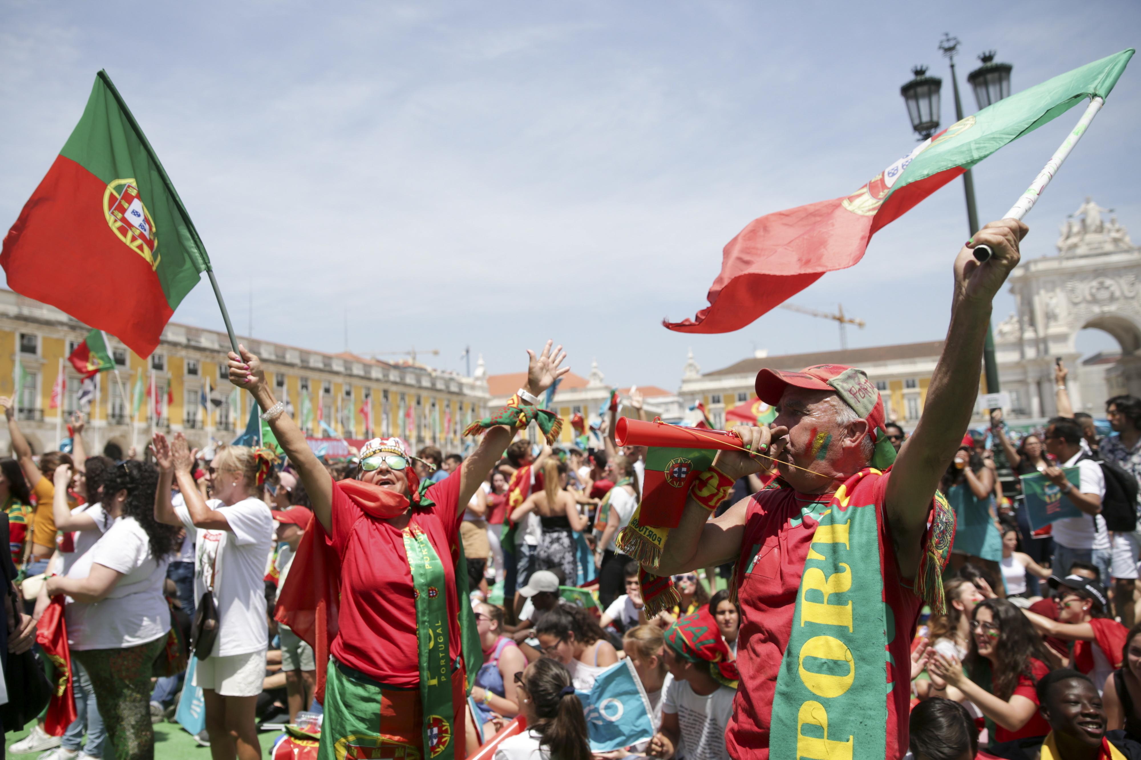 Mundial2018: Vitória de Portugal festejada com reservas pelos adeptos no Terreiro do Paço