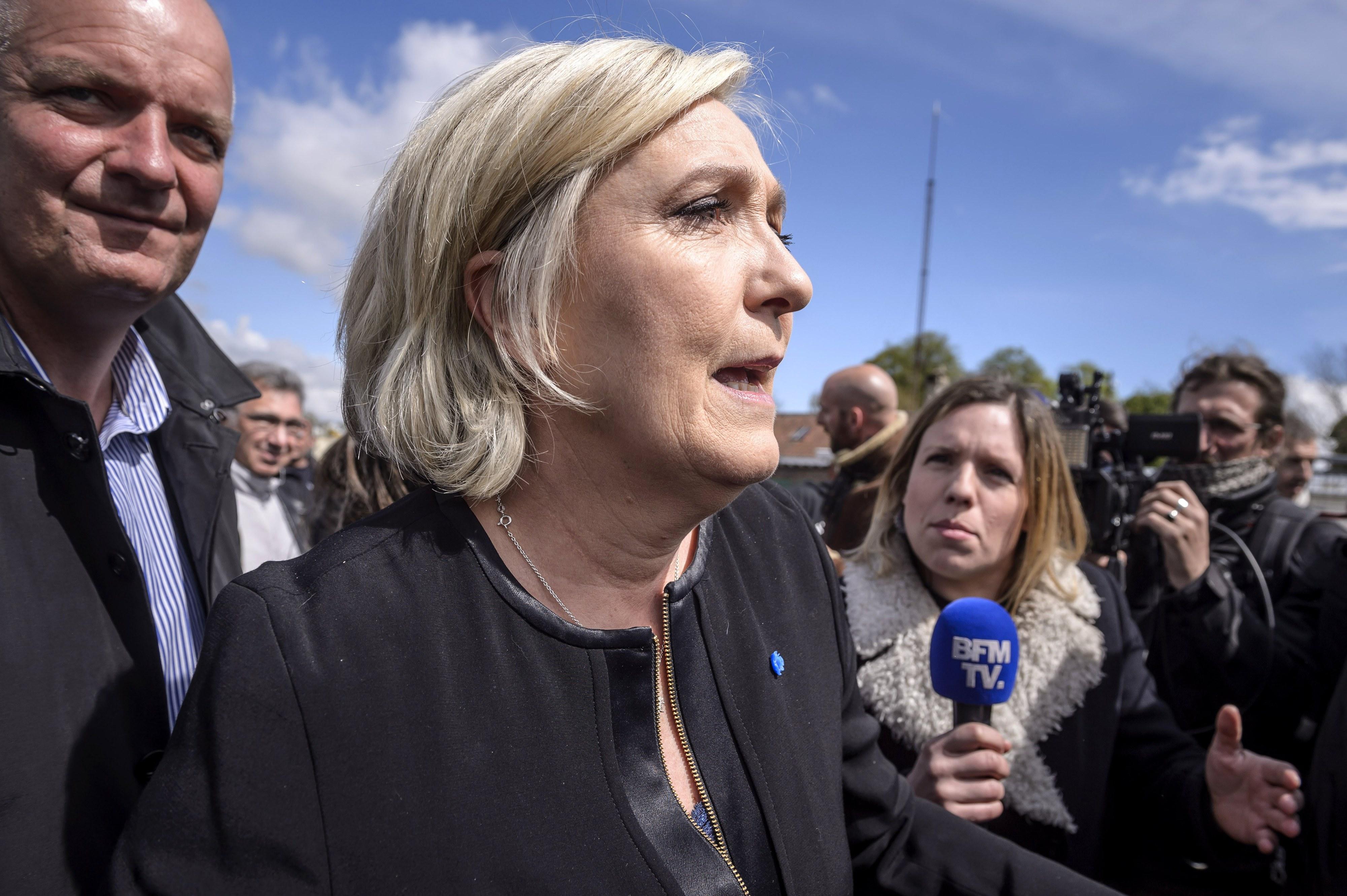 França: Le Pen aparece de surpresa em fábrica visitada por Macron