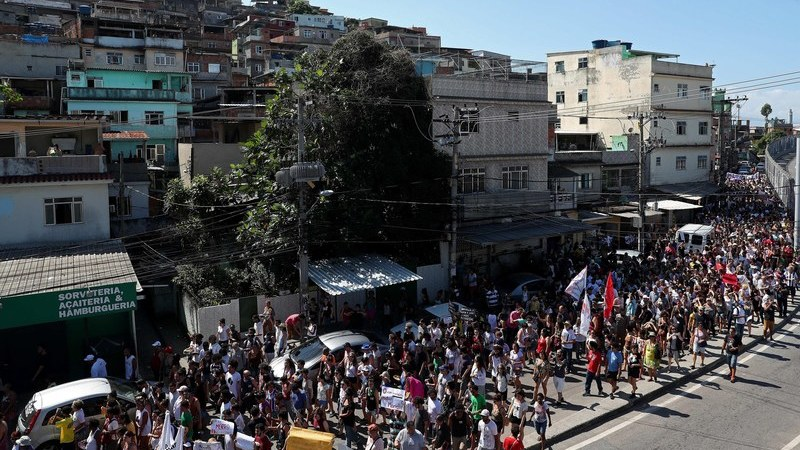 """""""A voz de Marielle não vai ficar silenciada"""". Milhares manifestam-se na favela no Rio de Janeiro"""